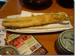 ドーンと穴子の天ぷら。割り箸より長い