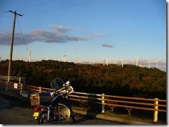 風車とカブ。寒風吹きすさぶ中エアバッグ収納
